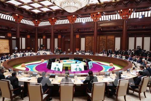 """นายกรัฐมนตรีเหงวียนซวนฟุกเข้าร่วมการประชุมโต๊ะกลมในการประชุมระดับสูงความร่วมมือระหว่างประเทศ """"หนึ่งแถบ-หนึ่งเส้นทาง"""" - ảnh 1"""