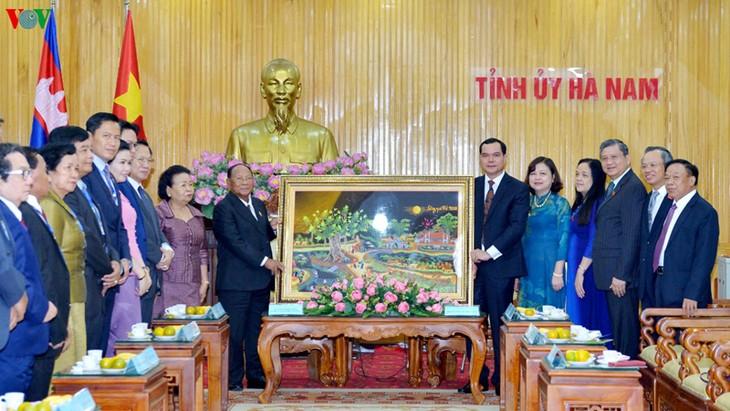 ประธานรัฐสภากัมพูชาเยือนจังหวัดห่านาม - ảnh 1