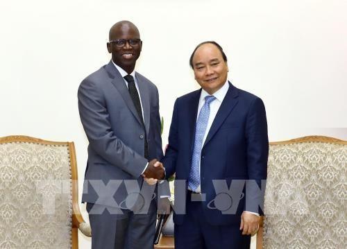 ผู้บริหารธนาคารโลกมอบรายงานเกี่ยวกับเศรษฐกิจสังคมเวียดนามให้แก่นายกรัฐมนตรีเหงวียนซวนฟุก - ảnh 1