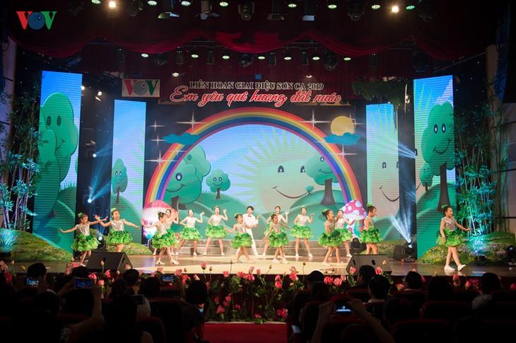 งานมหกรรมการร้องเพลงสำหรับเด็ก – กิจกรรมที่เป็นประโยชน์ด้านดนตรีสำหรับเด็ก - ảnh 1