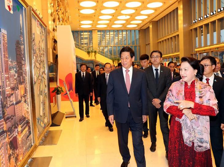 ประธานสภาแห่งชาติเหงวียนถิกิมเงินเข้าร่วมรายการศิลปะสะพานแห่งมิตรภาพ - ảnh 1