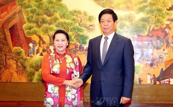 ประธานสภาแห่งชาติเหงวียนถิกิมเงินเจรจากับนาย หลี่จ้านซู ประธานรัฐสภาจีน - ảnh 1